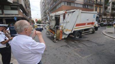 Bari, mezzo Amiu sprofonda nell'asfalto in Via Melo. Video