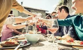 Italia a tavola, una vera passione: i turisti ci scelgono per l'enogastronomia
