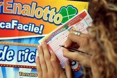 Superenalotto: nessun 6 né 5+, jackpot sale a 104,3 milioni