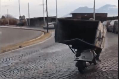 Ruba un cassonetto e se lo porta via con lo scooter