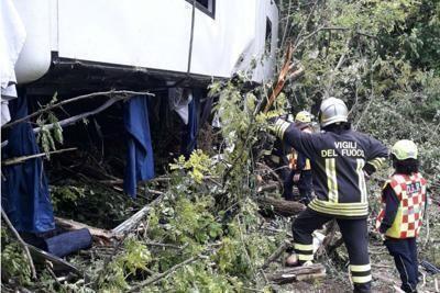 Bus di turisti si ribalta, morta la guida