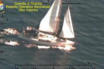 Migranti, in 52 sbarcano a Crotone: arrivati in barca a vela