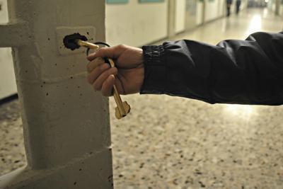 Al 'servizio' delle cosche, arrestati 2 assistenti della penitenziaria