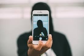 Uomo adesca su WhatsApp tre minori abusando di loro per tre anni