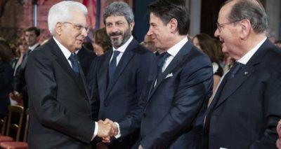 Stretta di mano tra Di Maio e Salvini