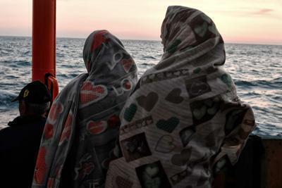 Migranti, giro di vite sui controlli Navi militari a difesa dei porti