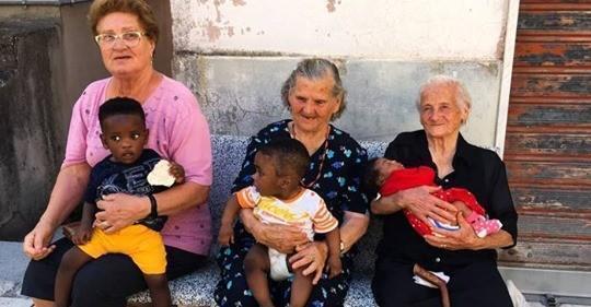 Celebrano la sostituzione dei bambini italiani con quelli africani