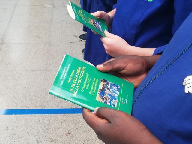 Modugno, il Sindaco Magrone ha visitato le scuole  facendo dono agli alunni di un volumetto sui primi articoli della Costituzione