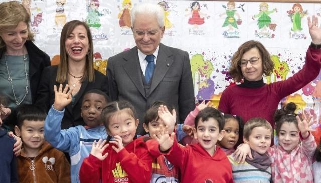 Mattarella visita una scuola frequentata da bambini cinesi all'Esquilino
