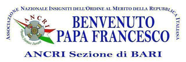 I decorati al merito della Repubblica dell'Ancri danno il benevenuto al Santo Padre