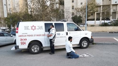 Uno ebreo, l'altro musulmano: i due paramedici pregano insieme in Israele contro il coronavirus