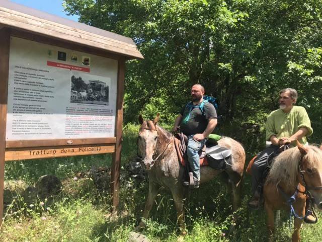 La compagnia della Varroccia sta attraversando tutta la basilicata a cavallo