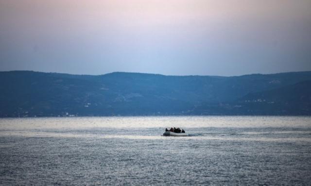 """Due barconi con 140 migranti in difficoltà nel Mediterraneo, """"stiamo morendo"""""""