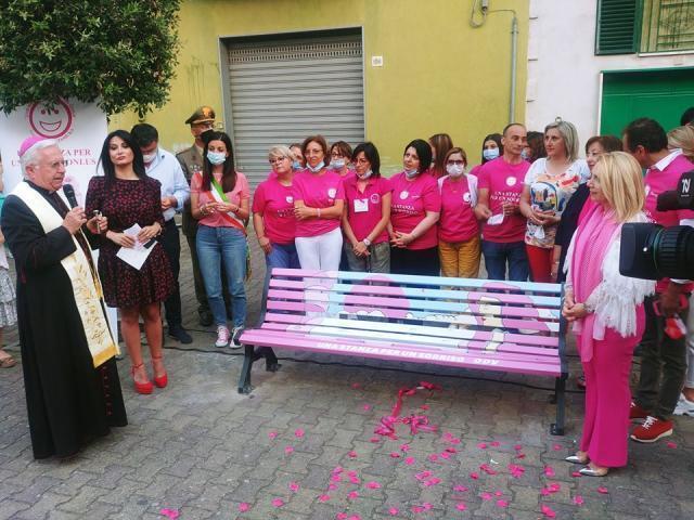 """Inaugurata a Gravina, la panchina rosa, a cura di""""Una stanza per un Sorriso"""
