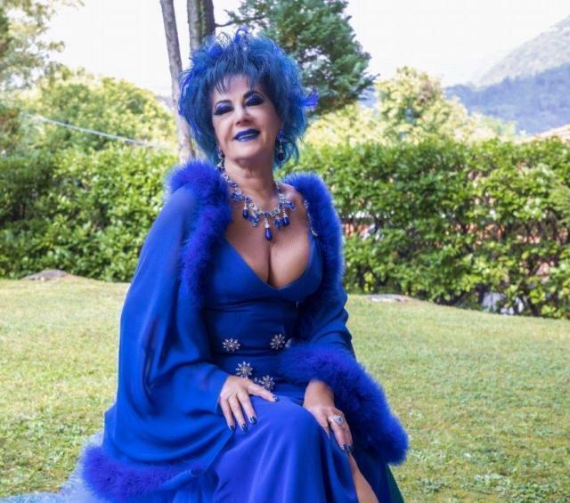 Un cambio look in blu per Marina Castelnuovo l'alter ego di Liz Taylor