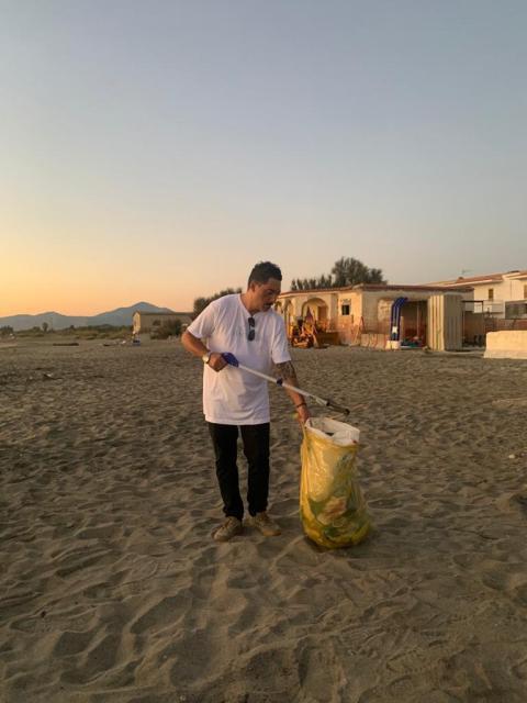 I volontari di Napoli danno più decoro alla Spiaggia di Castel Volturno