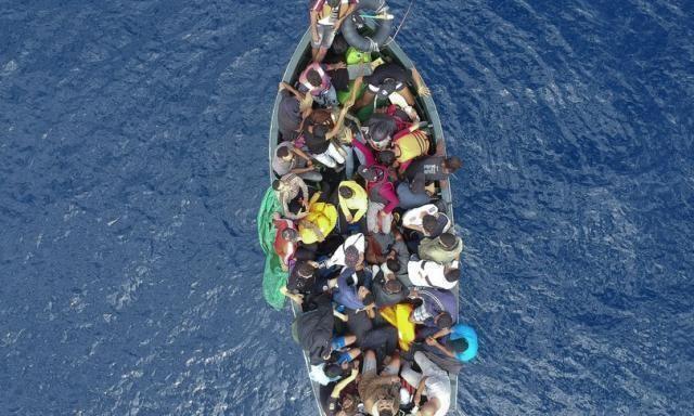 Alarm Phone: barcone in fuga dalla Libia con 75 persone a bordo è in pericolo nel Mediterraneo