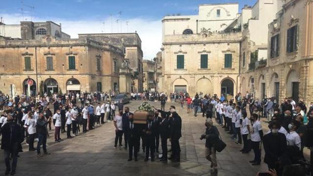 Arbitro ucciso, triplice fischio al funerale per dire addio a De Santis