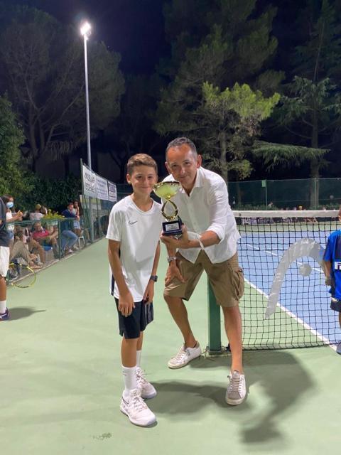 Baby tennista operato di scoliosi, dopo 10 mesi torna in campo e vince torneo