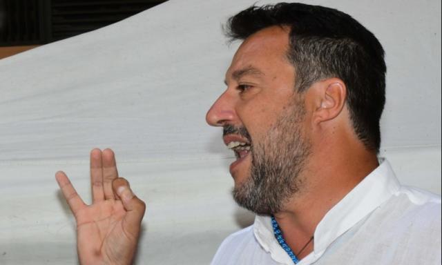 Salvini è stato contestato a Torre del Greco e ha interrotto il comizio