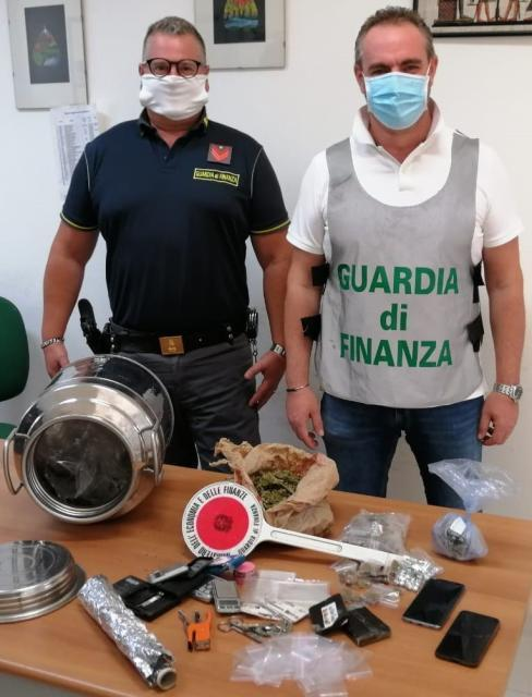 Guardia di Finanza: scoperto un locale adibito per preparare e confezionare droga
