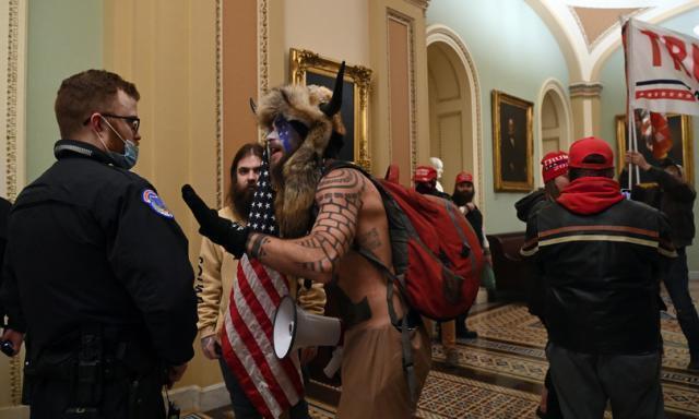 ArrestatoJakeAngeli, lo sciamano simbolo dell'assalto a Capitol Hill