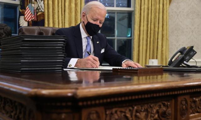 Joe Biden giura da presidente e decreta l'obbligo di mascherina e lo stop al muro col Messico