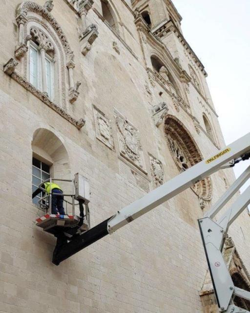 I botti di fine anno mandano in frantumi finestra della cattedrale adiacente al portale monumentale
