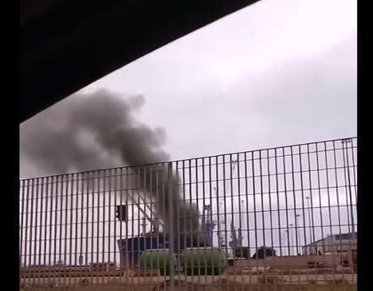 Taranto, gru che scarica coke per Mittal brucia nel porto: nessun ferito ma è allarme emissioni