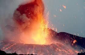 Piovono pietre su Catania. Le spettacolari immagini dell'eruzione dell'Etna