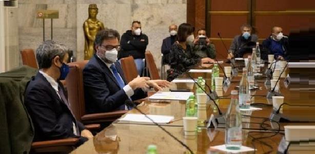 Lotta contro il tempo per l'ex Ilva, Giorgetti s'impegna per la cigdei lavoratori