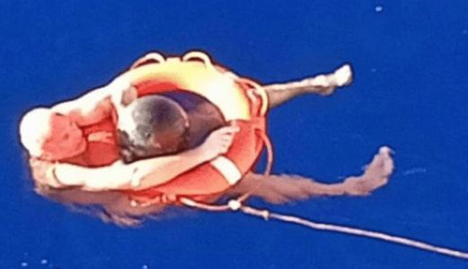 Cade in mare sopravvive 14 ore nell'Oceano Pacifico