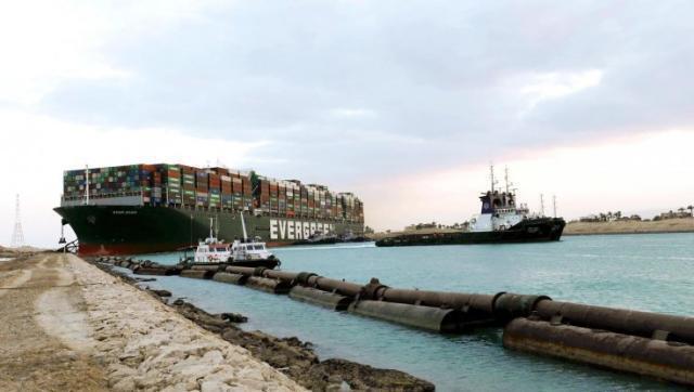 La portacontainer che blocca il Canale di Suez si è mossa