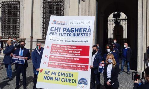 """Blitz di Giorgia Meloni davanti a Palazzo Chigi: """"Stop cartelle a chi è stato chiuso"""""""
