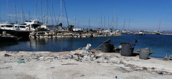 Taranto – Video e immagini della pulizia di Lido Chiapparo con i volontari