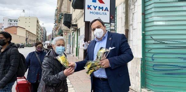 Taranto – Paolo Castronovi regala mimose alle passeggere degli autobus di Kyma Mobilità