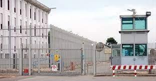 Taranto, rinvenuti due micro telefoni in una cella del carcere: uno era nel water