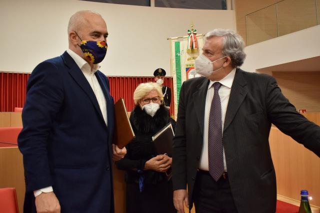 """Emiliano consegna il premio """"Radice di Puglia""""a Edi Rama"""