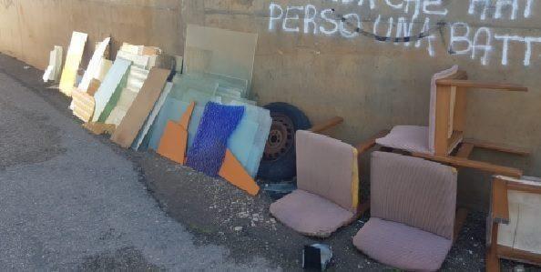 """Lecce – Rifiuti abbandonati di immondizia """"casalinga"""" è protesta"""