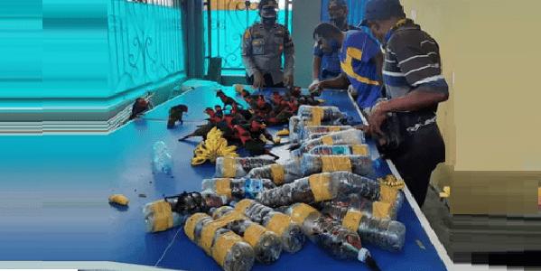 Traffico illegale animali: pappagalli chiusi in bottiglie di plastica