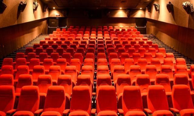 Riaprono i cinema e a Milano c'è già la fila dalle 5.30 del mattino