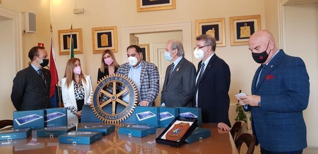 Taranto – Il Rotary dona 22 tablet all'Istituto comprensivo  De Carolis
