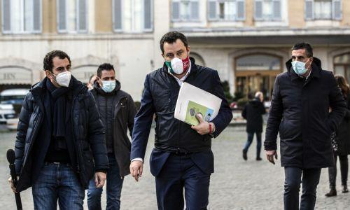 Scontro tra Salvini e Speranza sulle riaperture