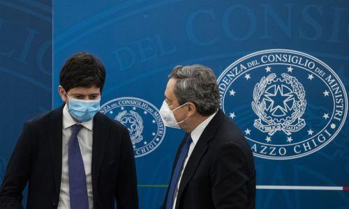 Draghi programma le riaperture e difende il ministro Speranza