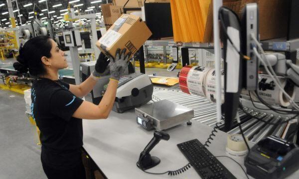 Amazon ammette: dipendenti costretti a fare pipì nelle bottiglie