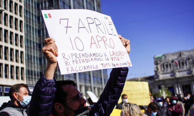 Italia percorsa dalla protesta: scontri a Roma, tensioni a Milano, autostrada bloccata nel Casertano