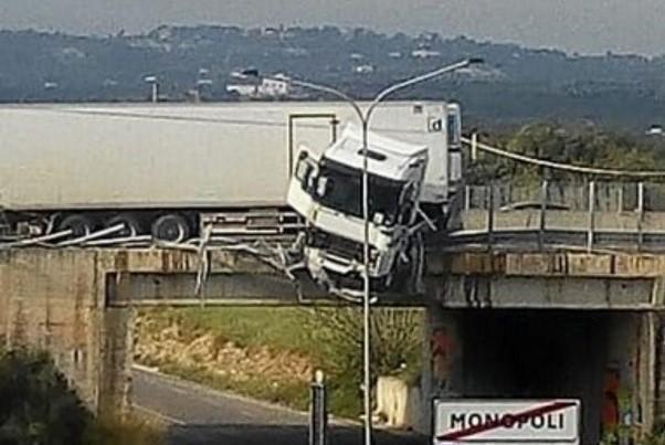 Un camion è precipitato da un cavalcavia in Puglia