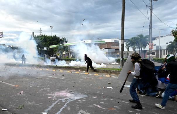 violenza della polizia contro la folla