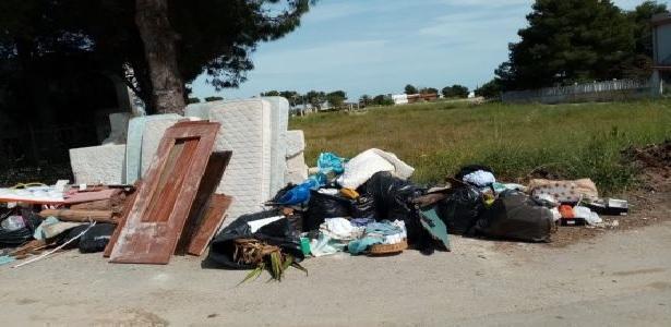 Pulsano (Taranto) Sportello eco chiuso e rifiuti per strada