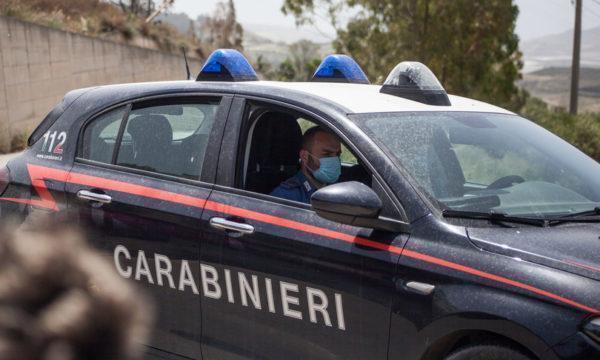 Carabiniere filmato mentre prende a calci un giovane con le mani alzate